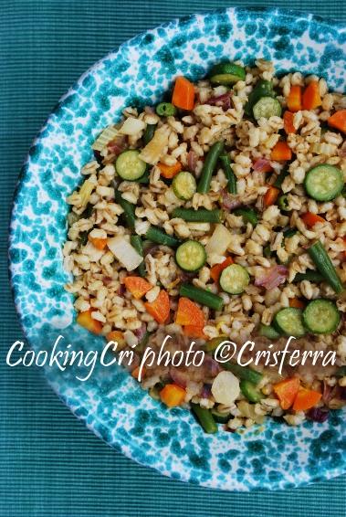 Insalata estiva di orzo, zucchine e ortaggi colorati